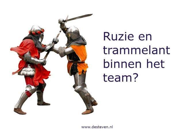 Teamleden vechten elkaar de tent uit